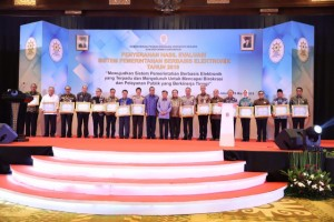 Vice President Jusuf Kalla accompanied by Minister of State Apparatus Empowerment and Bureaucratic Reform poses for a group photo with the SPBE awardees, at Bidakara Hotel, Jakarta, Thursday (28/3). (Photo: PR of Ministry State Apparatus Empowerment and Bureaucratic Reform)