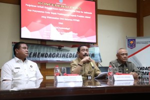 Sekjen Kemendagri Hadi Prabowo (tengah) menyampaikan keterangan pers di Kantor Kemendagri, Jakarta, Selasa (19/3) siang. (Foto: Puspen Kemendagri)