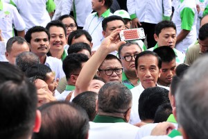 President Jokowi takes selfie with HKTI members after the opening of HKTI National Coordination Meeting and Discussion, at State Palace, Jakarta, Tuesday (19/3). (Photo: Jay/PR)