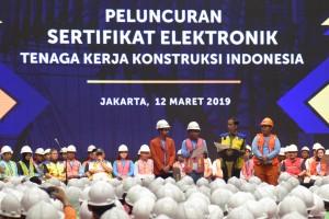 Presiden Jokowi berdialog dengan pekerja penerima sertifikat pada acara Peluncuran Sertifikasi Elektrik dan Sertifikasi Tenaga Kerja Konstruksi Indonesia di Istora GBK, Senayan, Jakarta, Selasa (12/3) siang. (Foto: OJI/Humas)