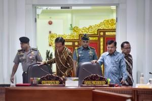 Presiden Jokowi didampingi Wakil Presiden Jusuf Kalla dan Mensesneg bersiap memimpin Sidang Kabinet Paripurna, di Kantor Presiden, Jakarta, Rabu (6/3) siang. (Foto: AGUNG/Humas)