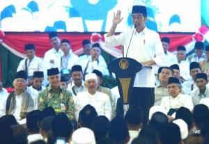 Presiden Jokowi menghadiri silaturahim dengan Kiai dan Tokoh se-Eks Karesidenan Kedu Jawa Tengah, di Gedung Tri Bhakti, Kota Magelang, Jawa Tengah, Sabtu (23/3) siang. (Foto: Rahmat/Humas)