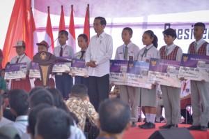 President Jokowi takes a group photo with the KIP beneficiaries' representatives, at Balige Senior Vocational School 1, Toba Samosir regency, North Sumatra, Friday (15/3). (Photo by: Agung/PR).