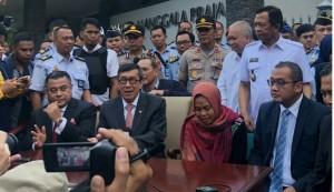 Siti Aisyah bersama Menteri Hukum dan HAM Yasonna H. Laoly, dalam konperensi pers di Bandara Halim Perdana Kusuma, Jakarta, Senin (11/3) sore. (Foto: Antara)