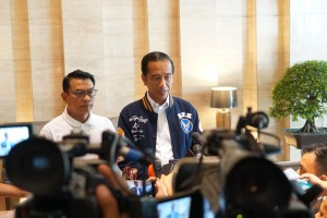 President Jokowi accompanied by Presidential Chief of Staff Moeldoko conveys press statement regarding Romahurmuziy's arrest, at Cambridge Hotel, Medan, North Sumatera, Saturday (16/3). (Photo: Dinda M/PR)