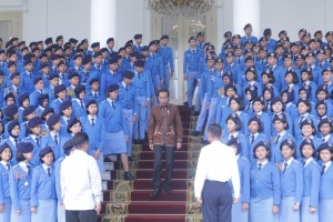 President Jokowi takes picture with Taruna Nusantara Senior High School at Bogor Presidential Palace, West Java, Monday (4/3). Photo by: Agung/PR.