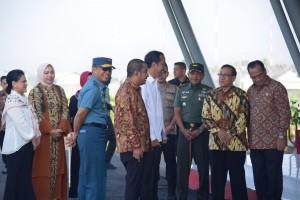 Presiden Jokowi bersama Ibu Negara Iriana Jokowi Widodo tiba di Ferdinand Lumban Tobing, Tapanuli Tengah, Sumut, Minggu (17/3) pagi, disambut Akbar Tanjung dan Menhub. (Foto: OJI/Humas)