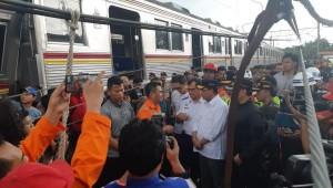 Menhub Budi K. Sumadi menilai KRL yang anjlok di Kebon Pedes, Bogor, Minggu (10/3) siang. (Foto: Humas Kemenhub)