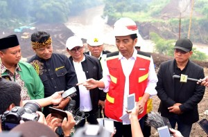 President Jokowi answers reporters' questions after inspecting Nanjung Water Tunnel, in Lagadar Village, Margaasih District, Bandung Regency, West Java Province, Sunday (10/3). (Photo by: Rahmat/PR).