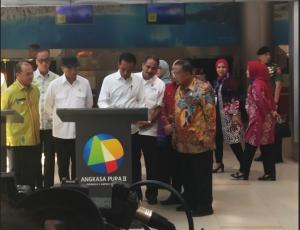 Presiden Jokowi menandatangani prasasti peresmian KEK Tanjung Kelayang, di Bandara Depati Amir, Pangkal Pinang, Babel, Kamis (14/3) pagi. (Foto: Rahmat/Humas)