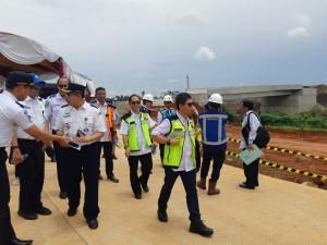 Rombongan Komisi V DPR RI meninjau progres pembangunan ruas tol Cinere - Serpong, Selasa (12/4) lalu. (Foto: BKP Kementerian PUPR)