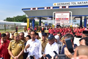 Presiden Jokowi menjawab wartawan usai meresmikan jalan tol terpanjang di Bakauheni – Terbanggi Besar, di di Gerbang Tol Natar, Kabupaten Lampung Selatan, Provinsi Lampung, Jumat (8/3) pagi. (Foto: Deny S/Humas)