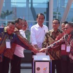 President Jokowi accompanied by a number of officials presses the siren button to mark the inauguration of Sambas Port, in Sibolga, North Sumatra, Sunday (17/3). (Photo by: Oji/PR)