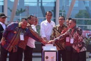 Presiden Jokowi didampingi sejumlah pejabat menekan tombol sirene tanda peresmian Pelabuhan Sambas, di Sibolga, Sumut, Minggu (17/3) pagi. (Foto: OJI/Humas)