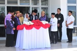 Presiden Jokowi menandatangani prasasti peresmian Universitas Muhammadiyah Gorontalo, di Limboto, Kab. Gorontalo, Jumat (1/3) siang. (Foto: JAY/Humas)