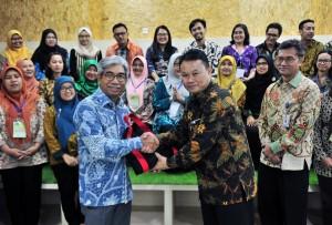 Asdep Naster Setkab Eko Harnowo menyerahkan souvenir saat menghantar kunjungan PFP ke Kementerian Luar Negeri, di Pejambon, Jakarta, Jumat (22/3) siang. (Foto: JAY/Humas)