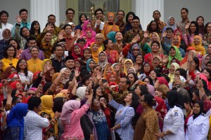 President Jokowi takes picture with representatives of Grass Root Women's Movement (Perempuan Arus Bawah) at the Merdeka Palace, Jakarta, Wednesday (6/3). Photo by: Deny S/PR.