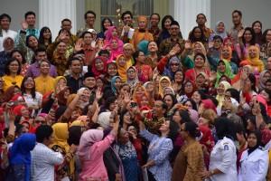 Presiden Jokowi berfoto bersama perwakilan Perempuan Arus Bawah, di halaman Istana Merdeka, Jakarta, Rabu (6/3) pagi.