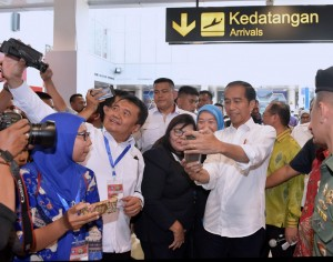 President Jokowi takes a photo with some passengers at Depati Amir Airport, Pangkal Pinang, Thursday (14/3). (Photo by: Rahmat/PR)