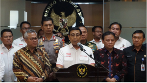 Coordinating Minister for Political, Legal and Security Affairs Wiranto, accompanied by Chairman of the General Elections Commission (KPU) and Chairman of the Elections Supervisory Agency (Bawaslu), holds a press conference at his office in Jakarta, Thursday (14/3). Photo by: PR of Coordinating Ministry for Political, Legal and Security Affairs.