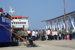 President Jokowi inspects Sambas Port in Sibolga, North Sumatra after the inauguration of the port's revitalization and construction on Sunday (17/3). (Photo by: Oji/PR)