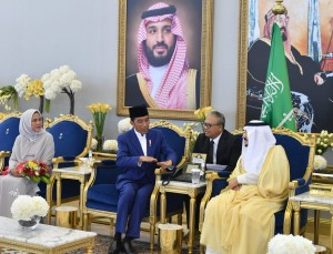President Jokowi has a dialog with King Salman at Riyadh Palace, Saudi Arabia, Sunday (14/4). (Photo by: BPMI).