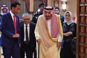 King Salman welcomes President Jokowi at the King's Private Palace (Al-Qasr Al-Khas), Sunday (14/4). (Photo by: BPMI)