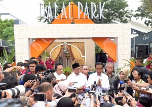President Jokowi accompanied by Minister of Religious Affairs answers questions from reporters after inaugurating Halal Park at the Gelora Bung Karno Sports Complex, Senayan, Jakarta, Tuesday (16/4). (Photo by: PR/Rahmat)