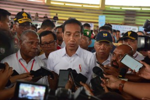 President Jokowi answers questions from reporters after visiting Kemiri State Elementary School in Sentani, Jayapura Regency, Monday (4/1). (Photo by: PR/OJI)