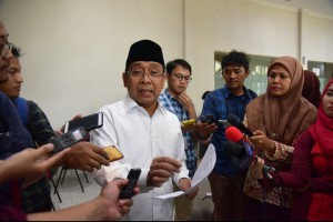Minister of State Secretary Pratikno delivers press statement at the State Palace Journalist Room, Jakarta, Friday (5/4)). (Photo by: Oji/PR)