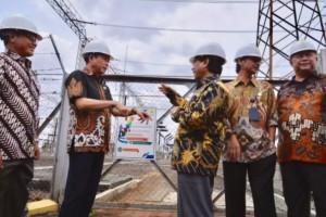 Menteri ESDM saat memantau kondisi listrik di Pusat Pengatur Beban (P2B) PLN di Gandul, Depok, Jawa Barat, Jumat (12/4). (Foto: Kementerian ESDM)