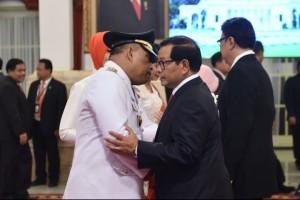 Gubernu Maluku mendapat ucapan selamat dari Seskab Pramono Anung usai pelantikan di Istana Negara, Rabu (24/4). (Foto: Humas/Oji)