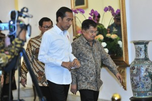 President Joko Widodo, Vice Presiden Jusuf Kalla, and Cabinet Secretary Pramono Anung enter the Plenary Cabinet Meeting room, at the Bogor Presidential Palace, West Java, Tuesday (23/4). (Photo: Jay/PR)