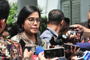 Finance Minister Sri Mulyani responds to reporters' questions after a Plenary Cabinet Meeting, at Bogor Presidential Palace, West Java, Tuesday (23/4). (Photo by: Jay/PR)