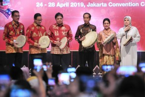 President Jokowi hit the tambourine as an opening sign of Inacraft 2019 at the Jakarta Convention Center, Senayan, Jakarta, Wednesday (24/4). (Photo by: PR/Jay)