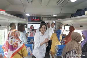 Finance Minister Sri Mulyani Indrawati rides a train to check the reactivation of Cibatu-Garut route, East Java, Friday (26/4). (Photo by: Ministry of Finance PR)