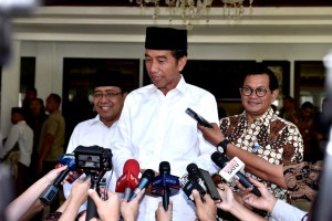 President Jokowi accompanied by Minister of State Secretary and Cabinet Secretary answers reporters' questions after Friday prayer at Baitussalam Mosque, Bogor Presidential Palace, West Java, Friday (29/3). (Photo by: Presidential Secretariat)