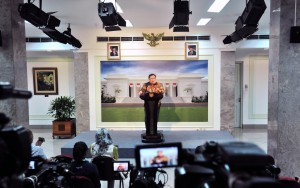 Minister of National Development Planning (PPN)/Head of the National Development Planning Agency (Bappenas) Bambang Brodjonegoro delivers a press statement after the Limited Meeting, at the President's Office, Jakarta, Monday (29/4). (Photo by: Jay/PR)