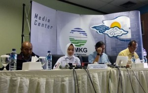 Head of the BMKG Dwikorita delivers a press statement at the launching of AWOS iRMAVIA, at BMKG Headquarters, Jakarta, Tuesday (2/4). (Photo by: BMKG PR)