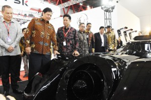 Minister of Industry Airlangga Hartarto attends the opening of the 2019 Indonesia International Motor Show (IIMS) in Jakarta, Thursday (25/4).  Photo by: PR of Ministry of Industry.