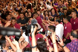 President Jokowi takes photos with the people attending the KGM X - PGI gathering, at Sultan Raja Hotel, Manado, North Sulawesi, Sunday (31/3). (Photo by: Rahmat/PR)