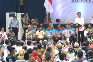 : President Jokowi meets Central Java's Gapoktan and Perpadi, at Diponegoro Sports Hall, Sragen Regency, Central Java, Wednesday (3/4). (Photo by: PR/Rahmat)