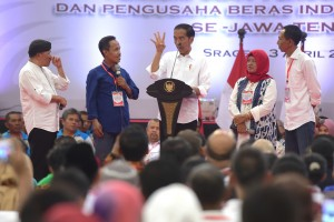 """President Joko """"Jokowi"""" Widodo in a dialog with Farmers, Fertilizer Sellers, and Rice Milling Owners, at Diponegoro Sragen Sports Hall, Sragen Regency, Central Java, Wednesday (4/3). (Photo By: PR / Rahmat)"""