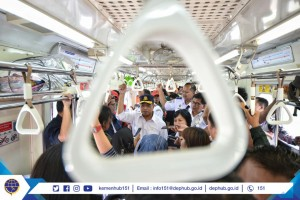 Minister of Transportation Budi Karya Sumadi rides commuter train on Thursday (4/4). (Photo by: Ministry of Transportation)