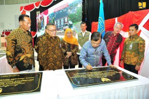 Indonesian Vice President Jusuf Kalla signs an inscription during the inauguration of a Rusunawa (low-cost apartment), at the Muhammadiyah University of Malang. (Photo by: Ministry of Public Works and Public Housing)