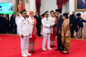 Presiden Jokowi didampingi Ibu Negara memberikan selamat kepada Gubernur dan Wagub Maluku Periode 2019-2024 usai pelantikan di Istana Negara, Jakarta, Rabu (24/4). (Foto: Humas/Agung).