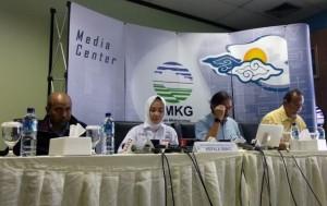 Kepala BMKG Dwikorita menyampaikan keterangan pers pada peluncuran AWOS iRMAVIA di Kantor BMKG Pusat, Jakarta, Selasa (2/4). (Foto: Humas BMKG)