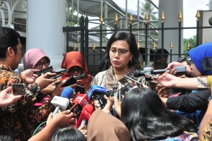 Minister of Finance Sri Mulyani Indrawati answers questions from the journalists after attending the Plenary Cabinet Meeting at Bogor Presidential Palace, West Java, Tuesday (23/4). Photo by: Jay/PR.