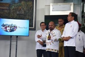 Presiden Jokowi mendengarkan laporan penanganan banjir bandang di Sentani saat tiba di Bandara Sentani, Jayapura, Papua, Senin (1/4) siang. (Foto: OJI/Humas)