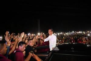 Presiden Jokowi melayani warga yang ingin berselfie dengan dirinya saat perjalanan dari Bandara Sam Ratulangi menuju Hotel Sultan Jaya, Manado, Minggu (31/3) petang. (Foto: Twitter @jokowi)